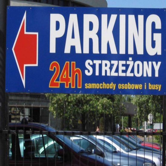 tablica reklamowa na słupkach parking