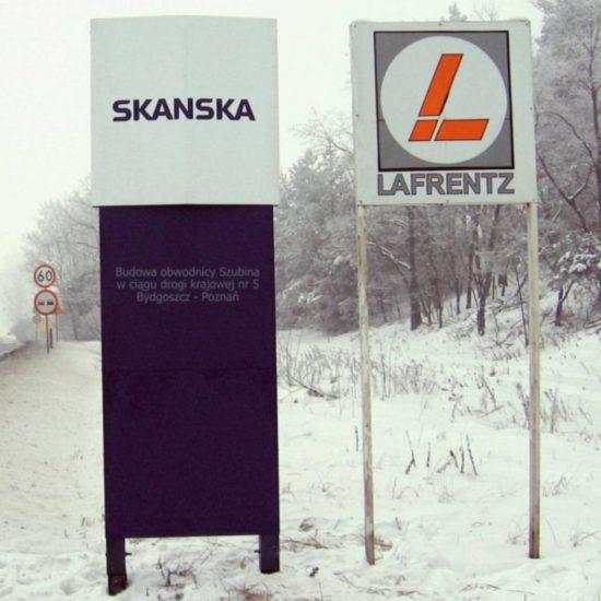 tablice reklamowe przy drodze